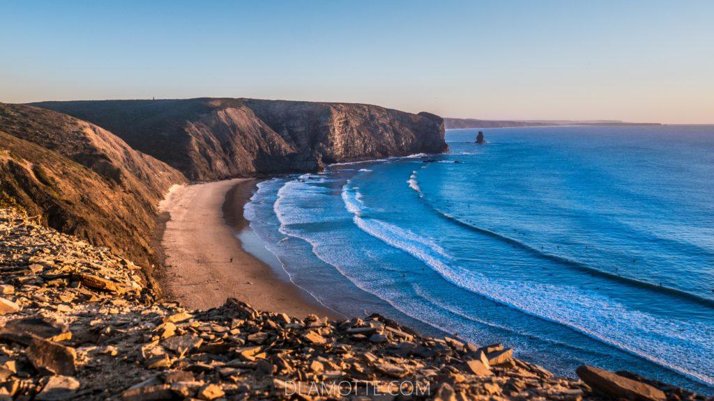 Praia da Arrifana. Te małe kropki w wodzie to surferzy