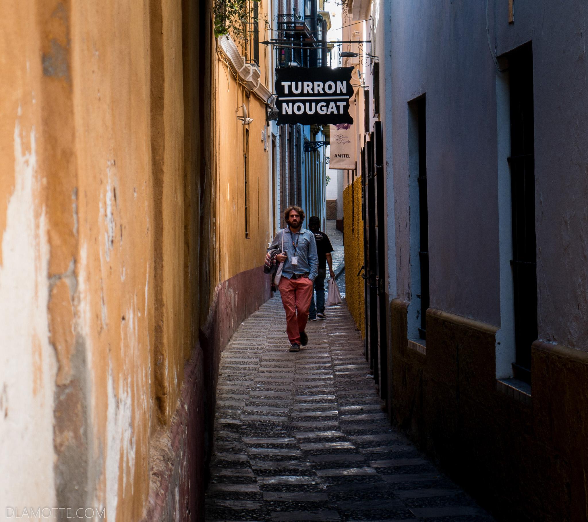 wąska uliczka citybreak w Sewilli