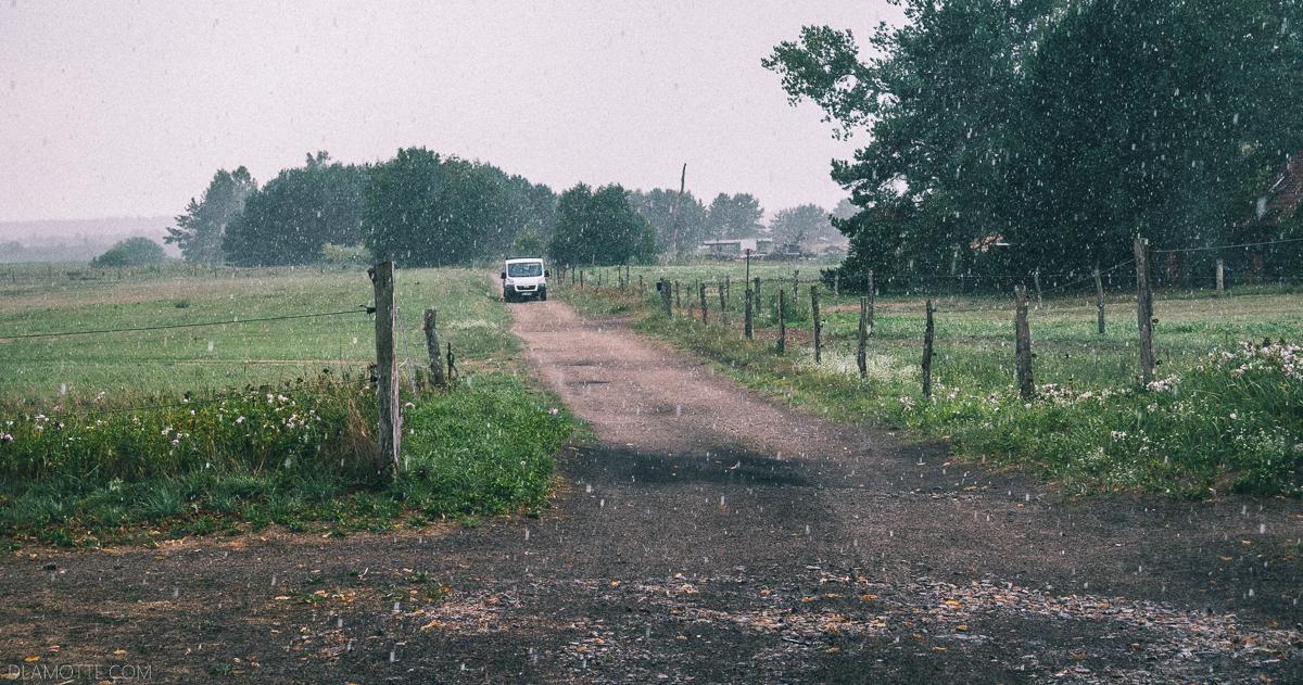 deszcz polna droga spacer